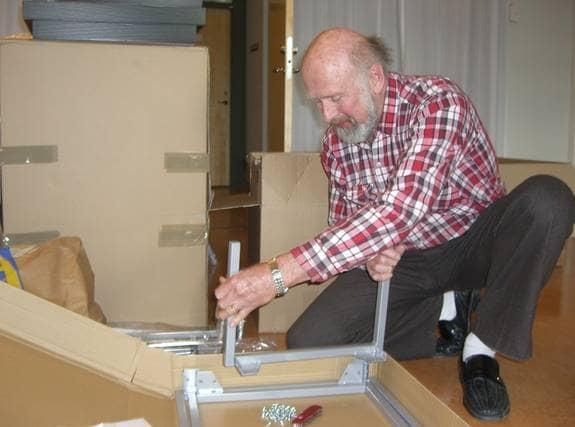Dag Rudin, 69, ryckte ut för att ge Umea.expressen.se en hand med monteringen. Foto: Petter Maaherra