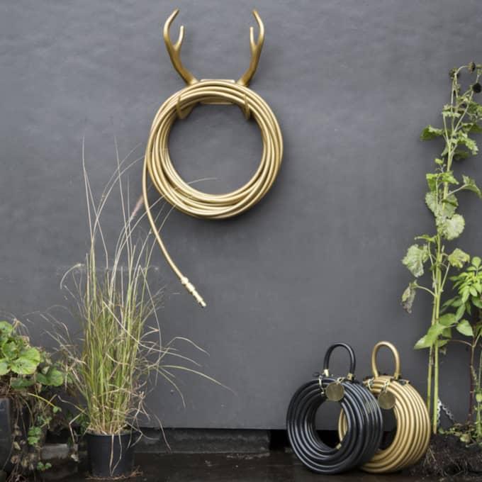 Flärdfullt i trädgården med trädgårdsslang i guld.