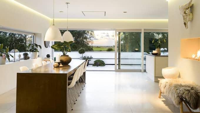 Utsikten över golfbana och hav är ett av de säljande argumenten för det arkitektritade huset. Foto: David Johansson