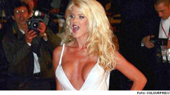 När Victoria Silvstedt anländer är fotograferna på alerten. Man vet aldrig vad den svenska stjärnmodellen hittar på.