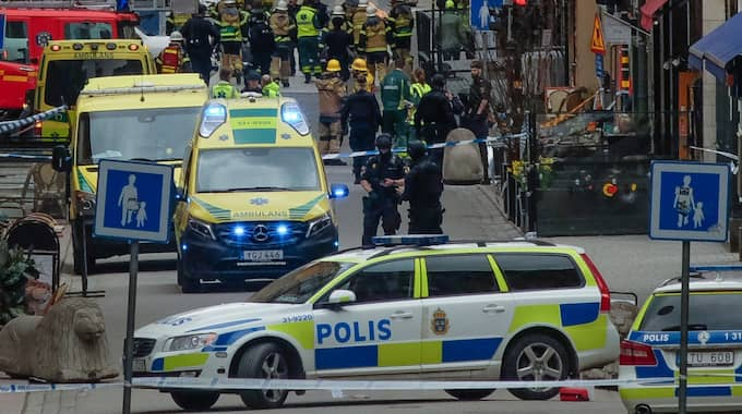 Samtidigt som terroristen inledde sin vansinnesfärd på Drottninggatan i Stockholm rörde sig en värdetransportbil sakta i riktning mot Sergels torg. Chauffören av värdetransportbilen såg lastbilen och förstod att någonting var fel. Foto: Rob Schoenbaum / POLARIS POLARIS IMAGES