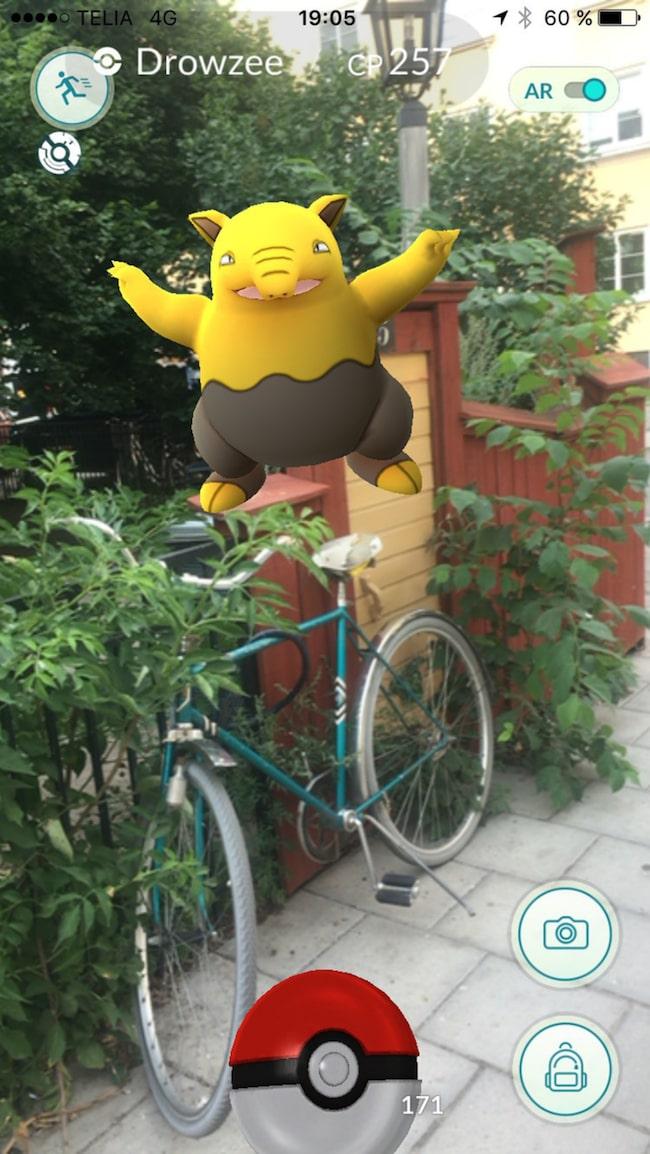 Vissa är redan ute och spelar Pokémon Go.