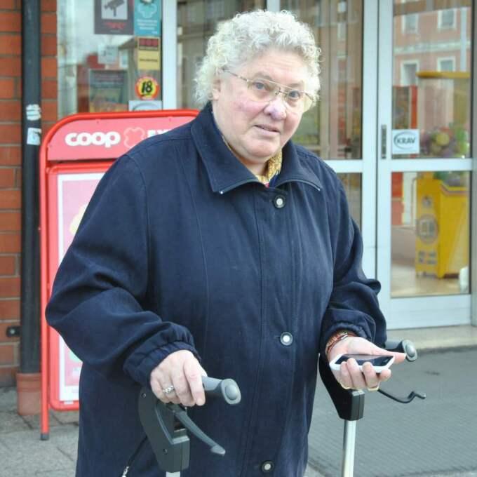 Estrid stoppades av mobiltelefonförsäljaren innan hon skulle in i affären för att handla. Foto: Henrik Lindahl