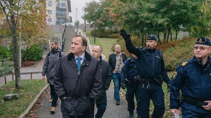 Statsminister Stefan Löfven och justitieminister Morgan Johansson besökte i veckan det utsatta området Östberga i södra Stockholm tillsammans med representanter för polisen. Foto: Socialdemokraterna