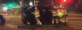 Bil körde mot rött – hamnade på högkant