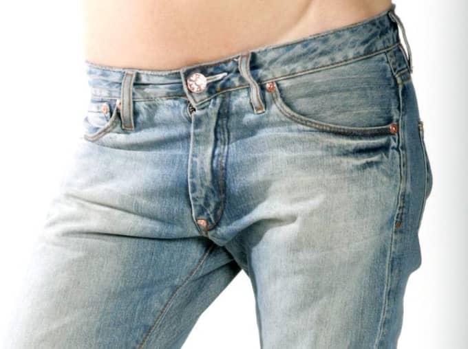 Ju lägre, desto bättre. Så resonerade många när trenden med låga jeans var het i början av 00-talet. Extra snyggt var det om navelpiercingen syntes. Jeansen skulle sitta så lågt som möjligt utan att visa alldeles för mycket av trosorna. Eller av något ännu mer intimt. Vissa lyckades, andra inte... Foto: Robban Andersson