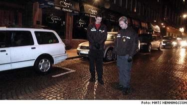 Inte förvånade. Ordningsvakterna Peter Johansson och Patrick Samuelsson på restaurangen Sand´s. alldeles nära brottsplatsen, är vana vid våldet på helgkvällarna. I fredags våldtogs och misshandlades en man tidigt på kvällen, senare samma natt blev en far och hans son brutalt överfallna.