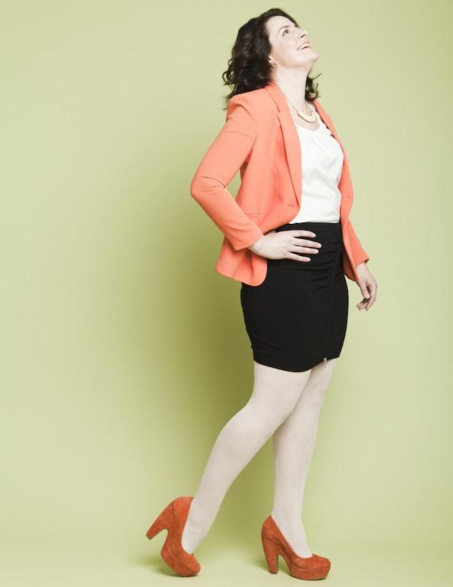 RÄTT I KAVAJ. Cecilia i svart kjol med dragkedja, Design by Kappahl 499 kronor, orange kavaj figursydd, H&M 499 kronor, gräddvit satinblus, Bubbleroom 249 kronor, orange mockapumps, Scorett 699 kronor, stelt guldfärgat halsband, Kappahl 69:90 kronor.