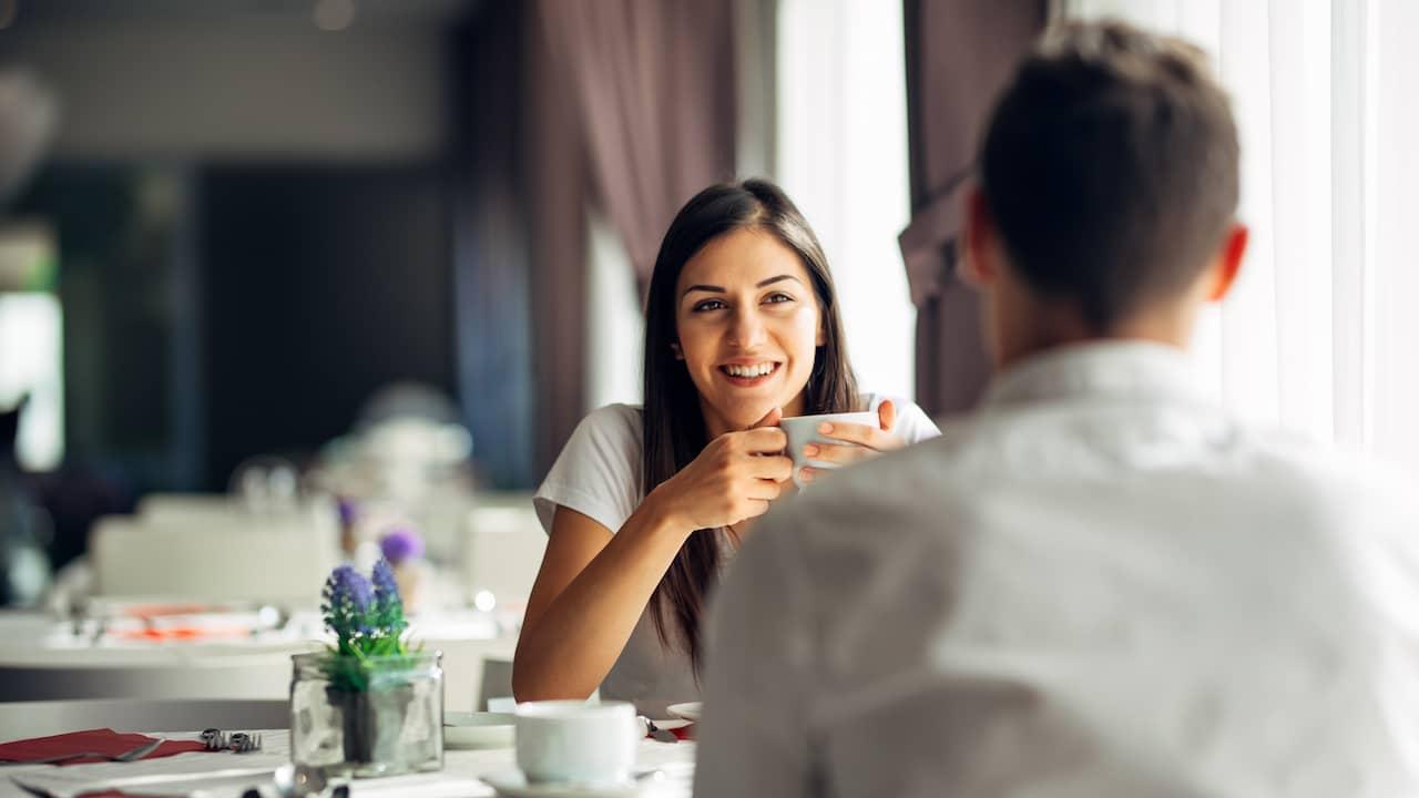 Skicka ett första meddelande på en dejtingsajt