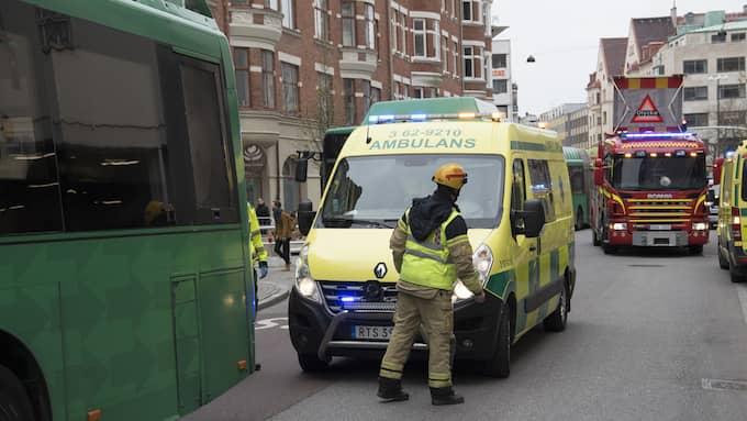 Den skadade kvinnan fördes till sjukhus. Foto: JOHAN NILSSON/TT