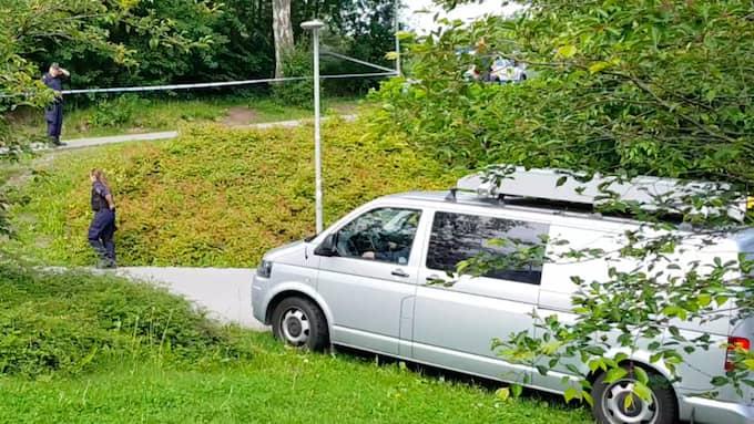 Under lördagsmorgonen undersöktes platsen av polisen. Foto: August Jerner