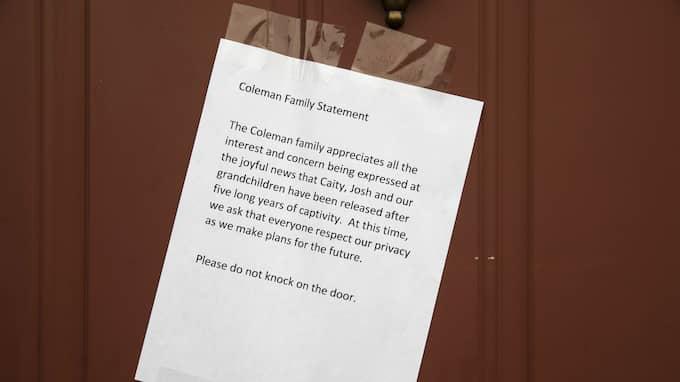 Familjen har satt upp en lapp på dörren och önskar att bli lämnade i fred. Foto: MATT ROURKE / AP TT NYHETSBYRÅN