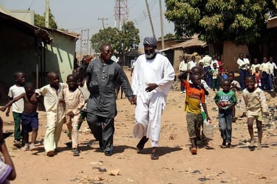 HAND I HAND I OROSKVARTEREN. Pastor James Movel Wuye och imam Muhammed Nurayn Ashafa vandrar sida vid sida i stadsdelen Nasarawa i Kaduna, Nigeria. Foto: TORBJÖRN SELANDER