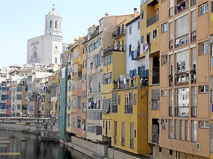 Färgstarka häftiga hus längs Onya-floden i staden Girona.