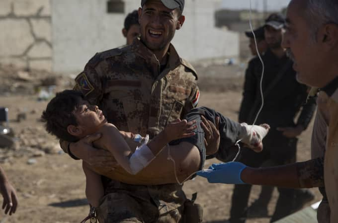 Ännu en pojke som skadats av en granat, som förs till ett fältsjukhus. Foto: Niclas Hammarström