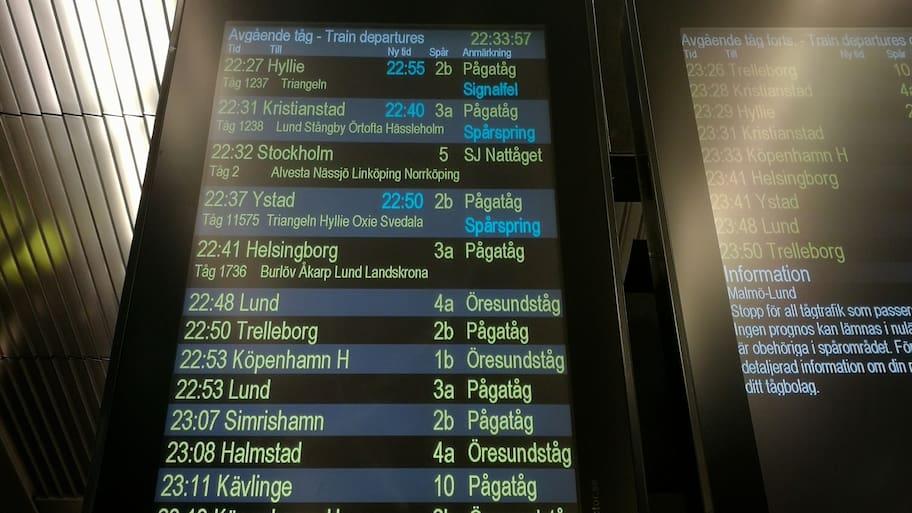 Inne på Malmö central står två tåg är på samma