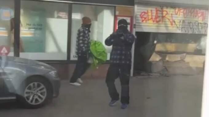 De maskerade och beväpnade rånarna rammade guldbutiken med en bil. Foto: LÄSARBILD