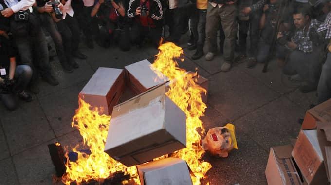 I Mexikos huvudstad samlades demonstranter under helgen och hånade det planerade murbygget. De satt bland anant eld på en stor docka föreställande president Trump. Foto: Marco Ugarte / AP TT NYHETSBYRÅN