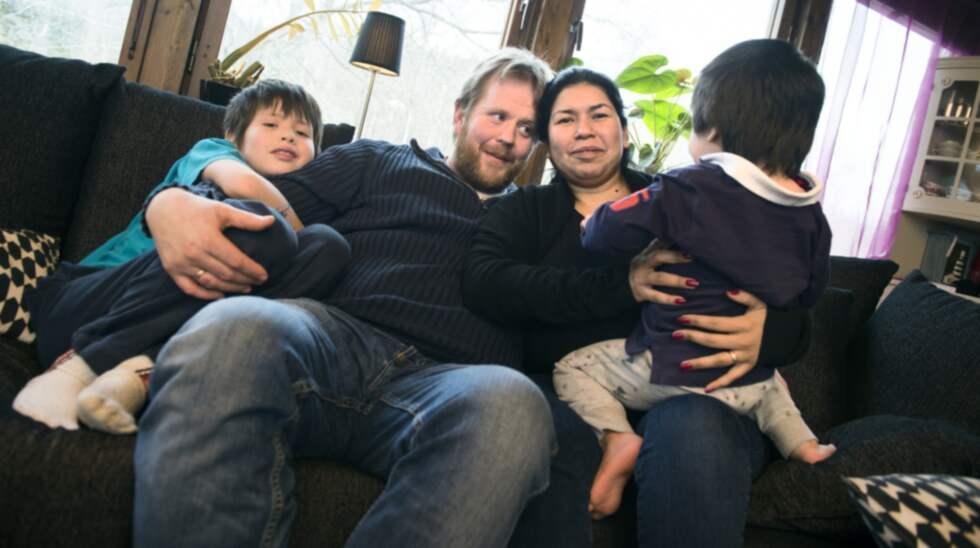 Jonas och Daysi Andersson myser i soffan hemma i Ytterby. Sonen Sebastian till vänster, sonen Charlie till höger. För några år sedan såg verkligheten helt annorlunda ut. Foto: Robin Aron