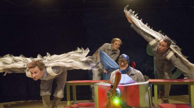 """KOREOGRAFISK REGI. Ensemblen i """"Den lille prinsen"""" på BUS. Foto: Allan Larson"""