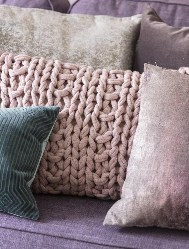 <span>Våga välj en färgstark soffa! Varför inte en lila? Stickad kudde, 499 kronor, Howardsoffa Oxford, 11 995 kronor, båda från Mio.<br></span>