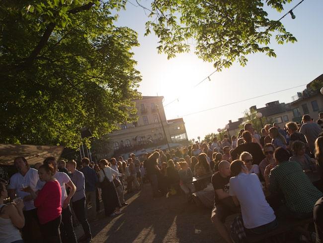 Mosebacketerrassen vid Södra Teatern på Södermalm i Stockholm är en populär uteservering sommartid.