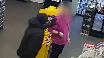 Butikspersonalen hotas och knuffas våldsamt längre in i lokalen. Foto: Polisen