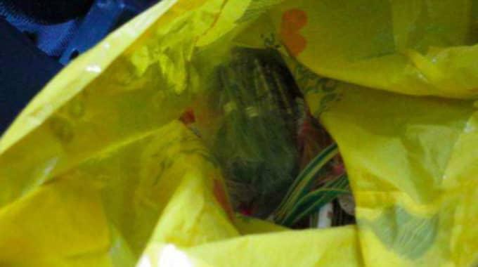 I politikerns bil fann polisen spränghattar i en gul plastpåse. Foto: Polisen