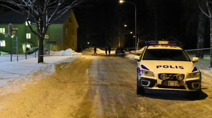 Polisen har spärrat av ett stort område runt brottsplatsen. Foto: Daniel Sjöholm