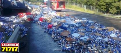 Lastbilen kraschade och tusentals liter öl åkte ut på vägen i närheten av Grängesberg. Foto: Läsarbild