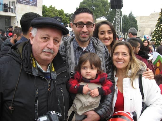 Familjen Mseis, palestinier, Jerusalem: – Det är bättre stämning den här julen. Festligare, mera folk. FN-resolutionen om bosättningar är en julklapp till palestinierna, men den förändrar inte verkligheten. Foto: Arne Lapidus