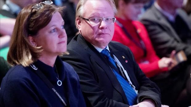 Peter Hultqvists pressekreterare fick fallskärm på 636 000 kronor