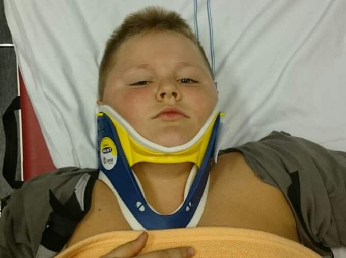 Sjuårige Khian skadade nacken svårt när han slog en kullerbytta. På sjukhuset bedömde man dock inte skadorna som allvarliga vid första besöket. Foto: Privat
