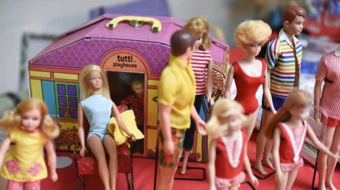 Strandparty? Även Barbie och hennes vänner behöver svalka sig i värmen. Här är klädda i typisk mundering för strandhäng. Foto: Jens Christian