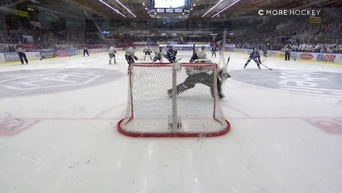 Till höger i bild kan man se att en sjätte BIK Karlskoga-spelare åker in på isen. Foto: C More.