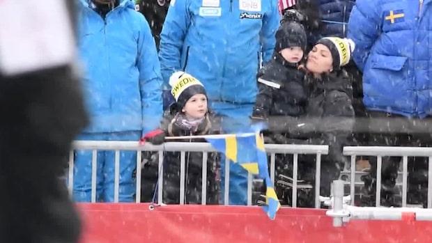 Här viftar Prinsessan Estelle ihärdigt med svenska flaggan
