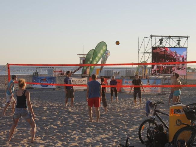 <span>Spela beachvolleyball på stranden.</span>