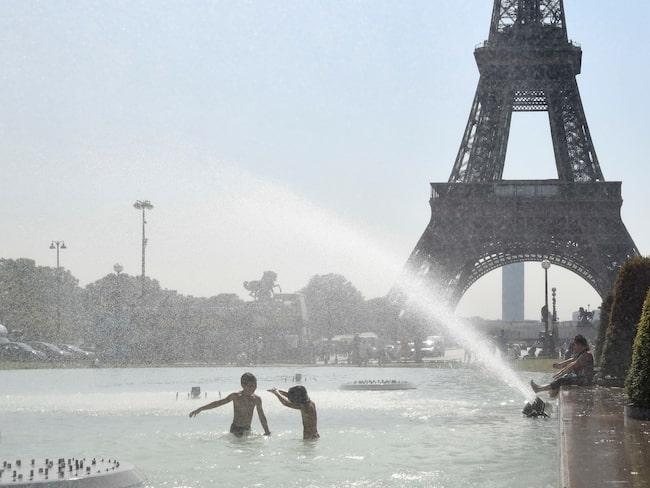 I helgen svalkade sig turister i poolen intill den ikoniska byggnaden.