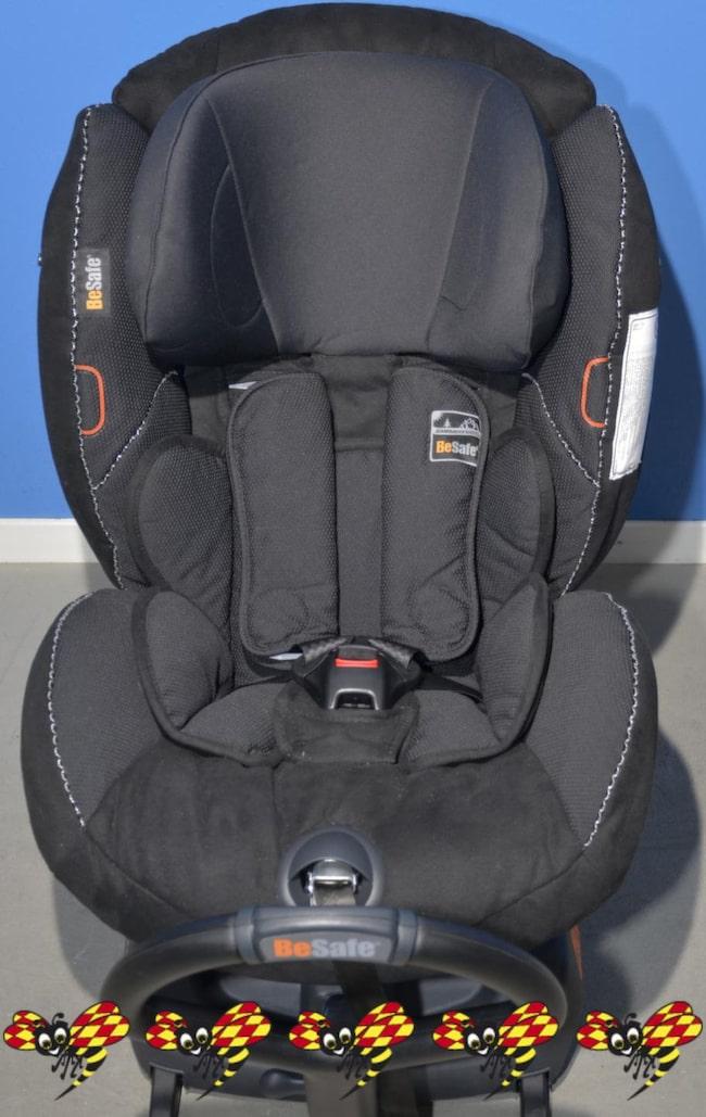 BAKÅTVÄND – BESAFE IZI KID ISOFIX. Den här stolen klickas fast i bilens isofix-fästen, och installationen är busenkel. Stolen är riktigt tung, men tack vare den enkla installationen enkel att flytta mellan bilar. Sittläget är justerbart i fyra positioner, och axelremshöjden justeras med ett enkelt handgrepp. Hög sittposition gör att barnet ser ut genom bilrutan, och benutrymmet är föredömligt för att vara en bakåtvänd bilbarnstol. Tyvärr är stolen bara godkänd för upp till 18 kilo - isofix-fästen klarar inte mer än så. Högt pris avskräcker.<br>Pris: Från cirka 3 800 kronor.