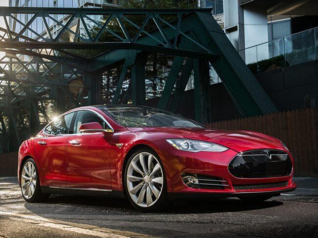 I september förra året lyckades kinesiska hackare ta sig in i en Tesla Model S. Bilen bromsades och bagageluckan öppnades över internet. Tesla fixade säkerhetshålet i en allmän uppdatering av Model S men valde att då inte kommentera intrånget.