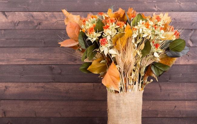 De stora romantiska blomsterbuketterna kommer att ersättas av torkade blommor, kvistar, och strån i unika och udda vaser.