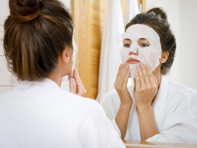 Tunna bomullsdukar med utstansade hål för ögon, näsa och mun är sedan en tid de absolut populäraste ansiktsmaskerna.
