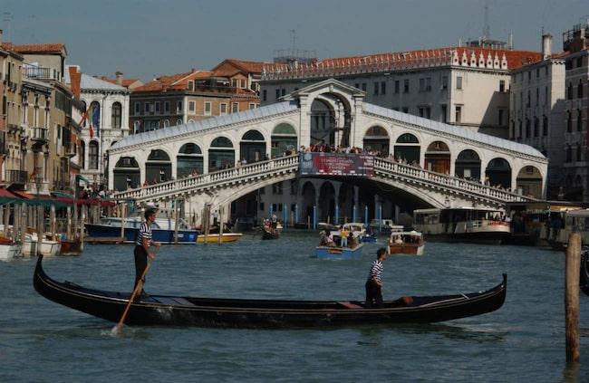 <span>Venedig. En kanaltur med en gondol kan kännas som ett måste när du är i Venedig – men det kan vara ruskigt dyrt och det finns billigare kanalbåtar!</span>