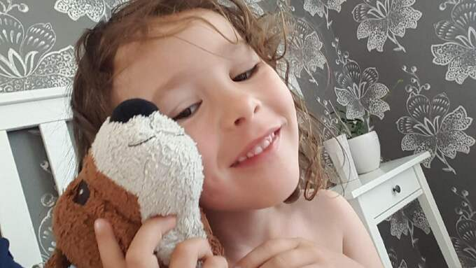 Eva-Sofia Gustavssons dotter Leia, 5, upptäckte bina utanför Ikea. Foto: Privat