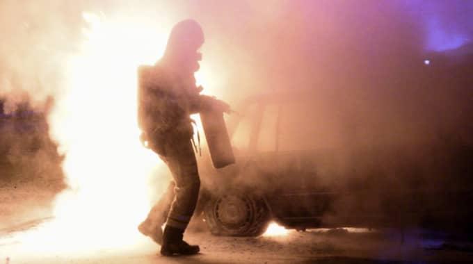 Under sommaren har bilar satts i brand på flera ställen i Sverige. Här släcks en brinnande bil i Malmö. Foto: Johan Nilsson / TT
