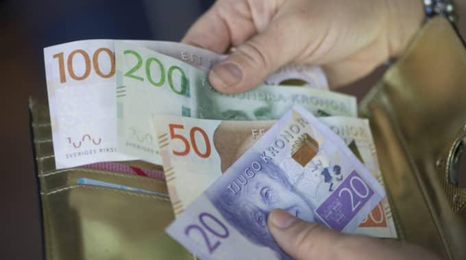 Efter ett kostsamt firande kan det svida lite extra i plånboken. Foto: Fredrik Sandberg/Tt