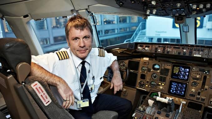 Flygbefälhavaren ombord är bandets frontfigur Bruce Dickinson, som även sitter bakom spakarna i planet. Foto: POLFOTO / STELLA PICTURES POLFOTO