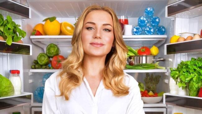 Matstäda. Rensa ut hel- och halvfabrikat som färdiga köttbullar och fryst pizza. Satsa istället på grönsaker och mat med hög halt protein så blir du mätt på betydligt färre kalorier.