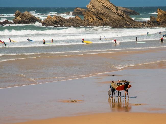 På Boulevard du Prince de Galles finner du en av stadens surfskolor.