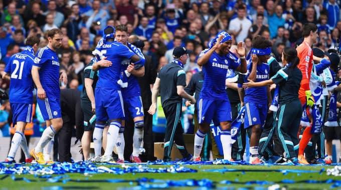 JAGADE. Chelsea firar efter guldet i våras - och de regerande mästarna jagas nu av tre lag på jakt efter upprättelse. Foto: Mike Hewitt